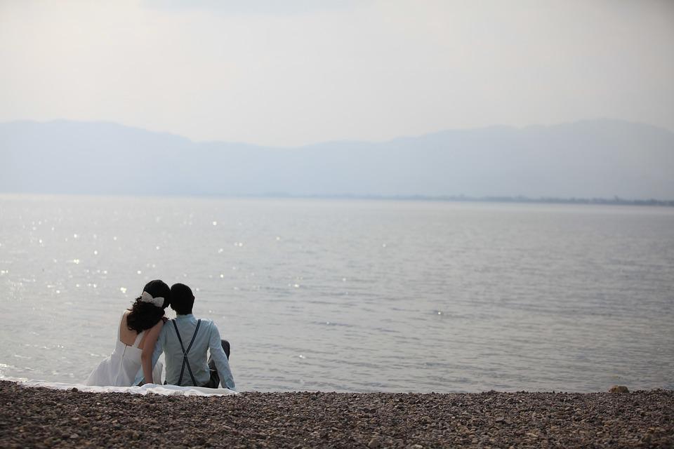Svadba,na ktorej niečo nesedí. Dospelý muž si totiž neberie ženu, ale malé dievča