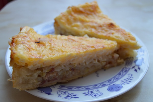 Nemáte radi sladké koláče? Cibuľový koláč so slaninou a strúhaným syrom vás zaručene poteší