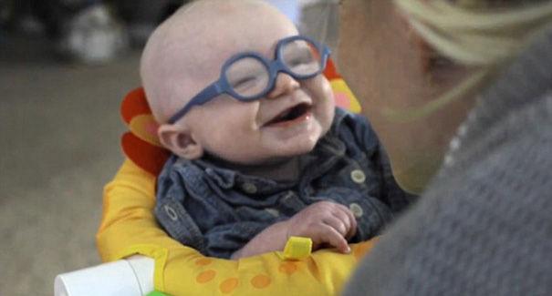 Bábätko prvýkrát uvidí svoju mamičku. Jeho reakcia vás dostane :)