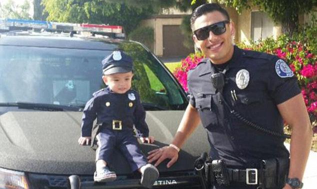 Sexy policajt so svojím 3-ročným pomocníkom lámu srdcia žien! Nechali by ste sa nimi zatknúť?