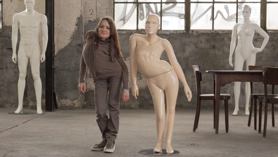VIDEO: Ľudí v obchodoch dojali figuríny so skoliózou či skrátenými končatinami