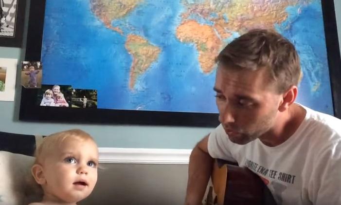 Video: Dieťatko roztomilo doplňuje svojho otca pri speve