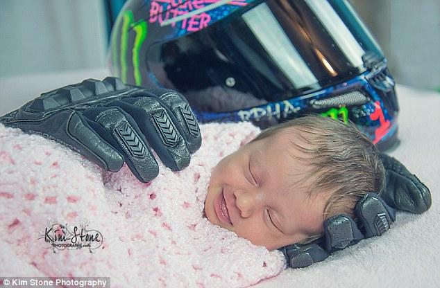 Spiace dievčatko sa na fotke krásne usmieva. Za záberom sa však skrýva smutný príbeh