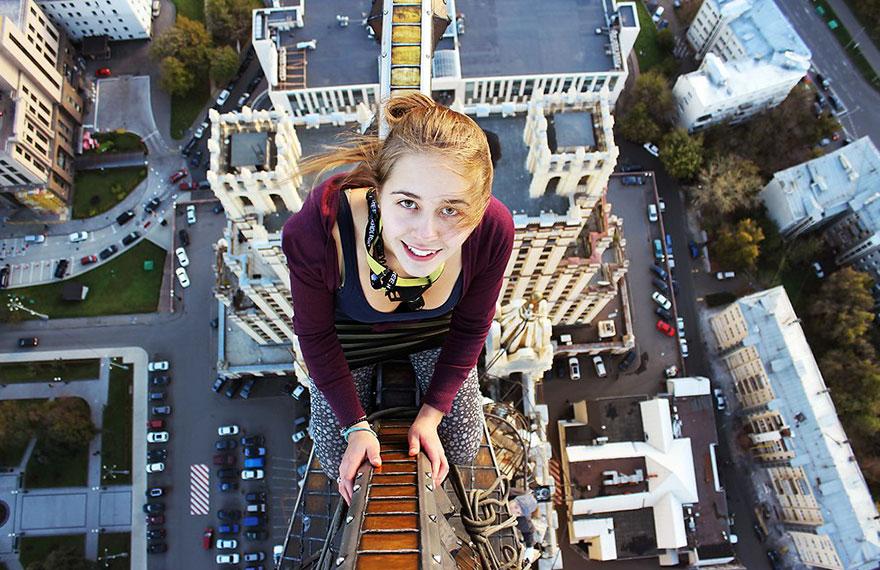 Angela Nikolau robí najnebezpečnejšie selfie, aké ste kedy mohli vidieť! Fotí sa tam, kde by ste to nečakali…
