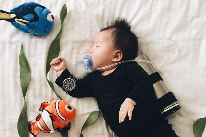 Aj mamy si vedia zo života vystreliť! Príkladom je toto malé spiace bábätko, ktoré zabáva celý internet
