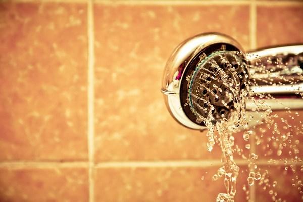 9 dôvodov, prečo začať so studenou sprchou