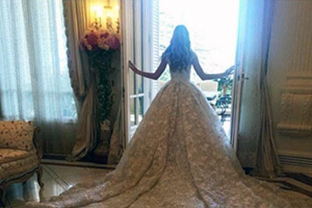 Dcéra čečenského ropného magnáta sa vydávala v šatách za 20 miliónov rubľov. Takto vyzerajú