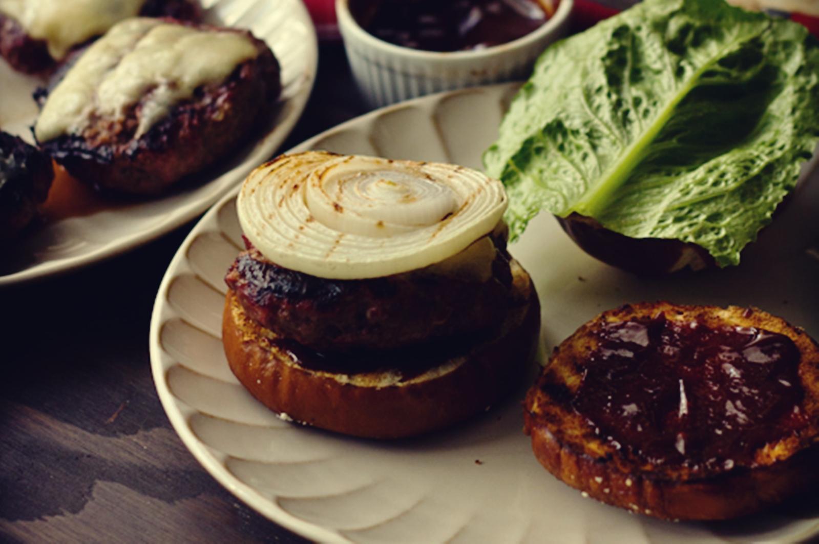 Máš chuť na veľkú porciu domáceho jedla? Priprav si tento skvelý grilovaný burger s čerstvou zeleninkou a čedarom