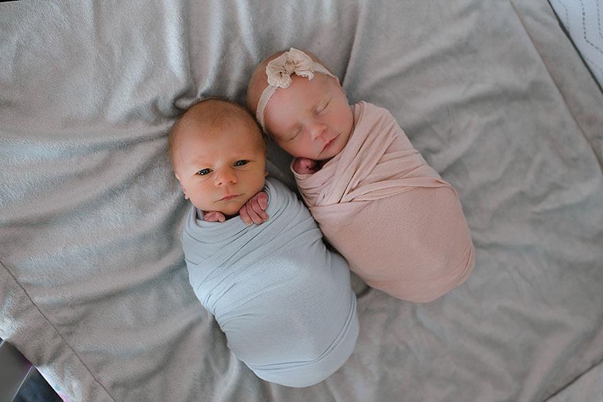 Manželia nechali nafotiť narodené dvojčatá. Za krásnymi fotkami sa skrýva smutný osud jedného z nich