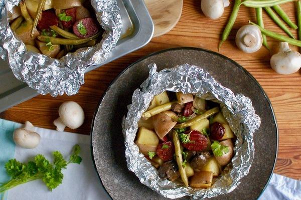Pripravte sebe a svojim blízkym skvelý a zaujímavý obed. Zeleninové balíčky s údenou klobásou sú tá najlepšia voľba