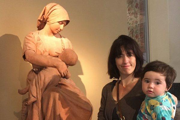 Matka dojčila v múzeu svojho synčeka, keď ju zrazu pracovník požiadal, aby si zakryla prsník. Po incidente zverejnila príspevok, s ktorým sa stotožnia všetky matky