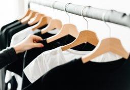 Kapsulový šatník alebo keď minimalistický štýl stojí za to